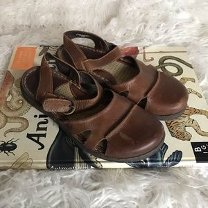 BORN ORANA BROWN LEATHER CLOSE TOE STRAP SANDALS